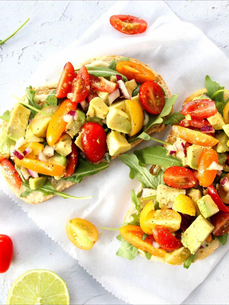 toast met avocado salade