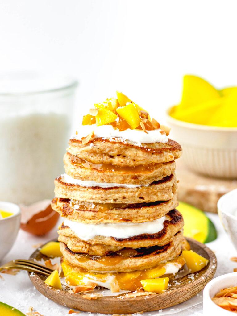 Gezonde mango-kokos pannenkoeken
