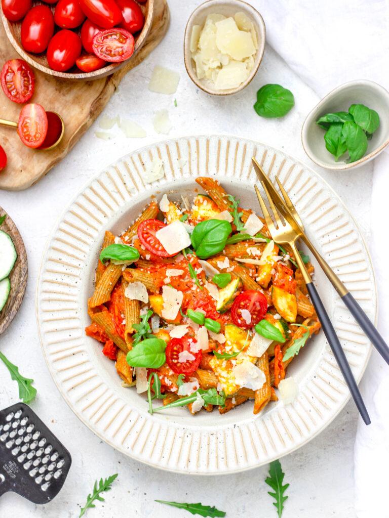 Vegetarische pasta met tomatensaus en basilicum