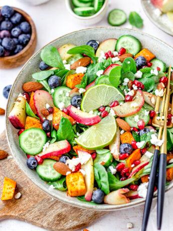 Gezonde zoete aardappel perzik salade