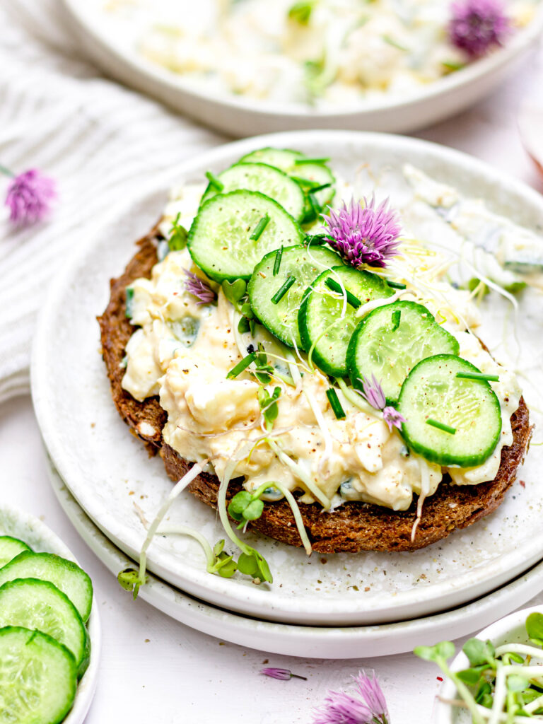 Gezonde eiersalade met komkommer