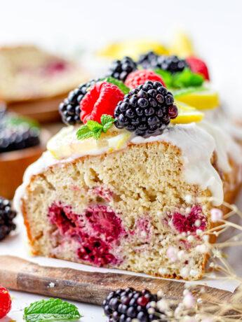 Gezonde cake met bramen en frambozen